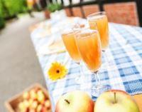 Foto: Tisch mit Apfelsaft